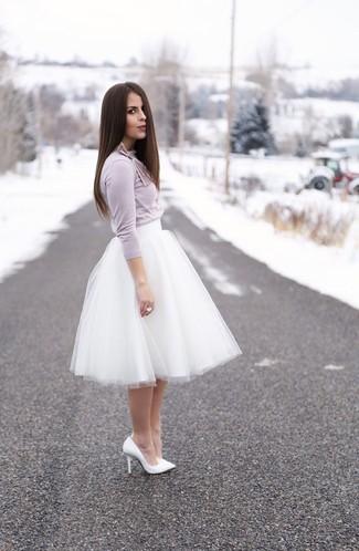 Comment porter: t-shirt à manche longue violet clair, jupe évasée de tulle blanche, escarpins en cuir blancs, bague blanche