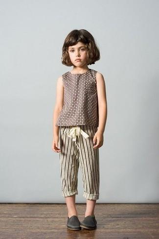 Comment porter: t-shirt á pois marron, pantalon de jogging à rayures verticales beige, baskets en cuir gris foncé