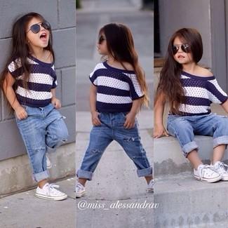 Comment porter: t-shirt à rayures horizontales blanc et bleu marine, jean bleu clair, baskets blanches
