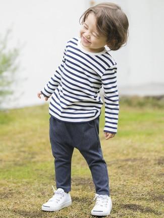 Comment porter: t-shirt à rayures horizontales blanc et bleu marine, pantalon en denim bleu marine, baskets blanches