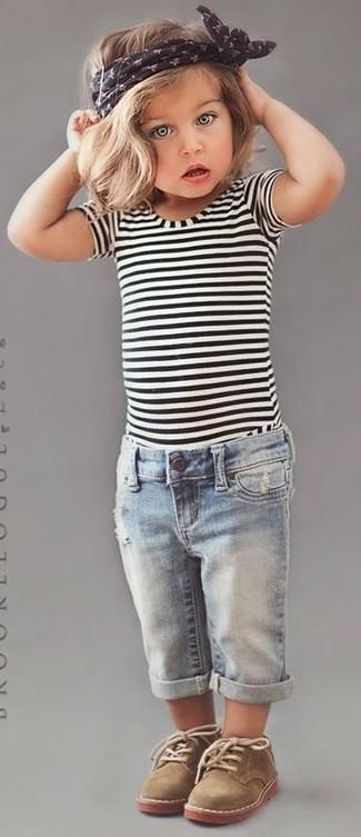 Comment porter: t-shirt à rayures horizontales blanc et noir, jean bleu clair, bottines chukka marron clair