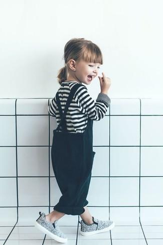 Comment porter: t-shirt à rayures horizontales blanc et noir, salopette vert foncé, baskets grises