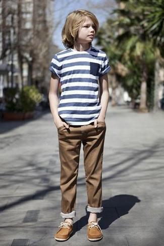 Comment porter: t-shirt à rayures horizontales bleu marine, pantalon marron, chaussures bateau marron clair