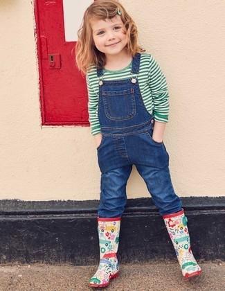 Comment porter: t-shirt à rayures horizontales vert, salopette en denim bleue, bottes de pluie multicolores