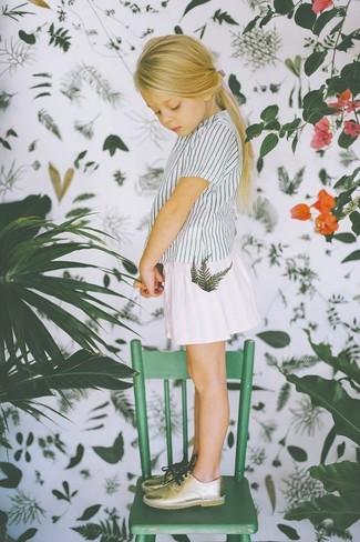 Comment porter: t-shirt à rayures verticales blanc, jupe blanche, chaussures richelieu dorées