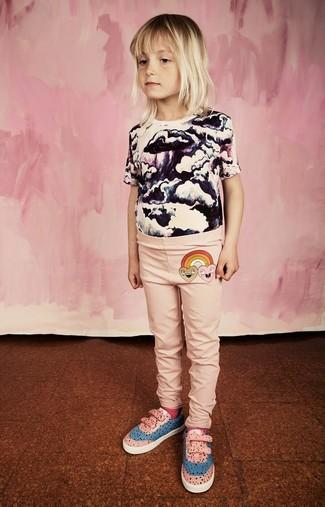 Comment porter: t-shirt imprimé blanc et noir, leggings roses, baskets roses, chaussettes fuchsia