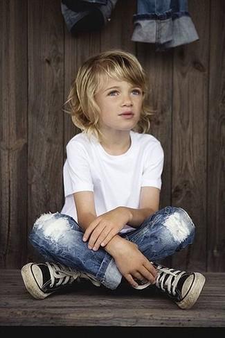 Comment porter: t-shirt blanc, jean bleu, baskets noires