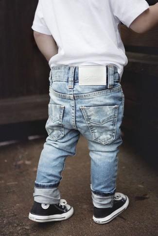 Comment porter: t-shirt blanc, jean bleu clair, baskets noires