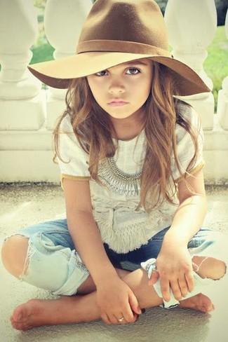 Comment porter: t-shirt blanc, jean bleu clair, chapeau marron