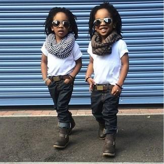 Comment porter: t-shirt blanc, jean bleu marine, bottes marron foncé, écharpe à rayures horizontales blanche
