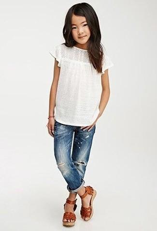Comment porter: t-shirt blanc, jean bleu, sandales en cuir marron