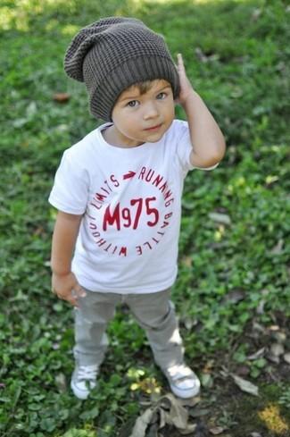 Comment porter: t-shirt blanc, jean gris, baskets grises, bonnet gris