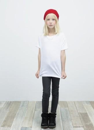 Comment porter: t-shirt blanc, jean noir, bottes noires, bonnet rouge