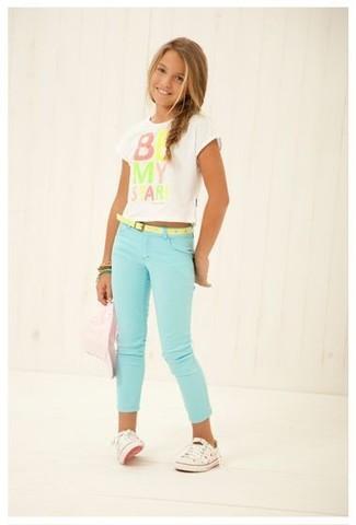 Tenue: T-shirt imprimé blanc, Jean vert menthe, Baskets blanches, Bracelet vert