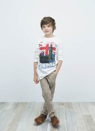 Comment porter: t-shirt blanc, pantalon beige, chaussures richelieu marron