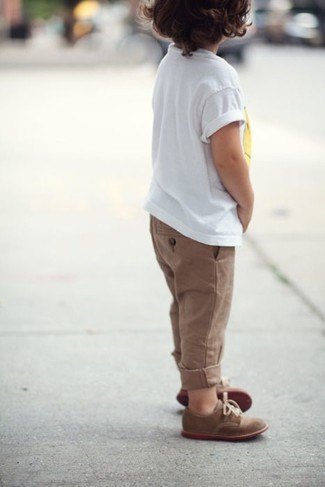 Comment porter: t-shirt blanc, pantalon marron, chaussures richelieu marron