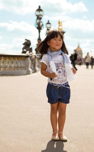 Comment porter: t-shirt imprimé blanc, short en denim bleu marine, ballerines beiges, écharpe blanc et bleu