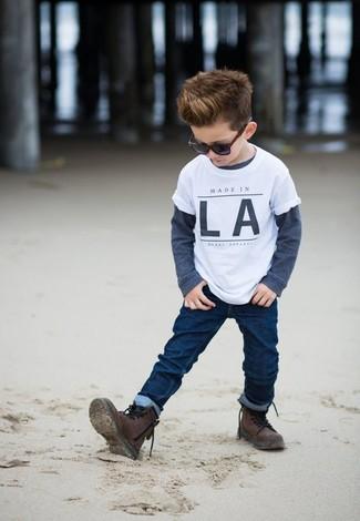 Comment porter: t-shirt blanc, t-shirt à manche longue bleu marine, jean bleu marine, bottes marron foncé