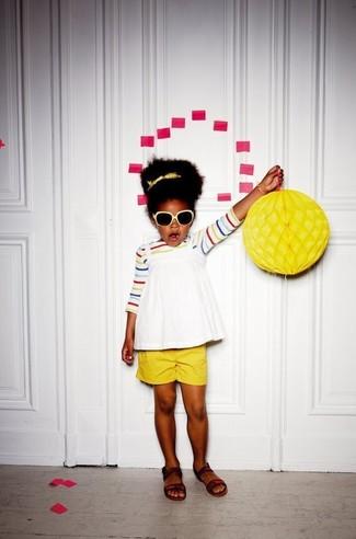 Comment porter: t-shirt à rayures horizontales multicolore, débardeur blanc, short jaune, sandales marron foncé