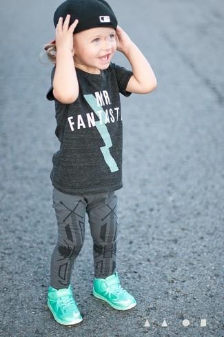 Comment porter: t-shirt gris foncé, leggings gris, baskets vert menthe, casquette de base-ball noire