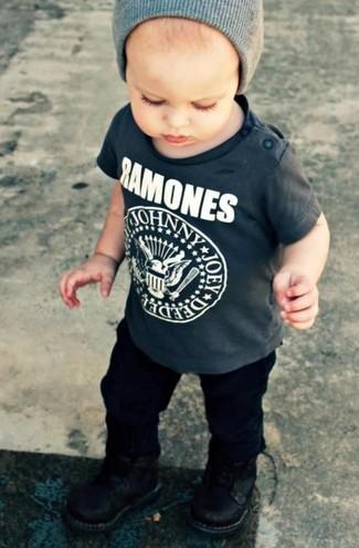 Comment porter: t-shirt gris foncé, pantalon noir, bottes noires, bonnet gris