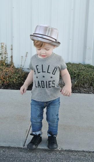 Comment porter: t-shirt gris, jean bleu, baskets noires, chapeau gris