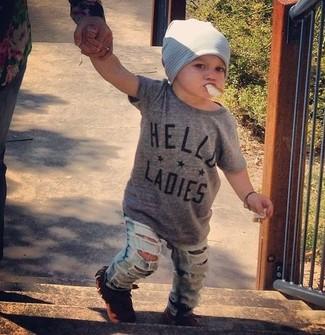 Comment porter: t-shirt gris, jean bleu clair, slippers tabac, bonnet gris