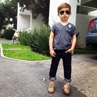 Comment porter: t-shirt gris, jean bleu marine, chaussures richelieu marron clair