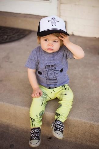 Comment porter: t-shirt gris, pantalon jaune, baskets noires, casquette de base-ball blanche et noire