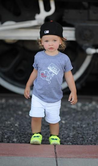 Comment porter: t-shirt gris, short blanc, baskets chartreuses, casquette de base-ball noire