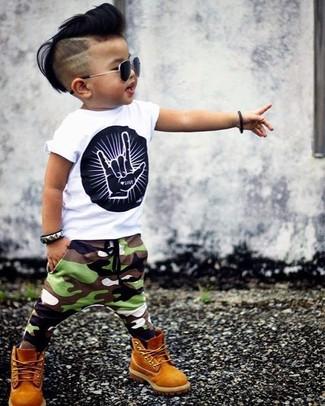 Comment porter: t-shirt imprimé blanc et noir, pantalon de jogging camouflage olive, bottes moutarde