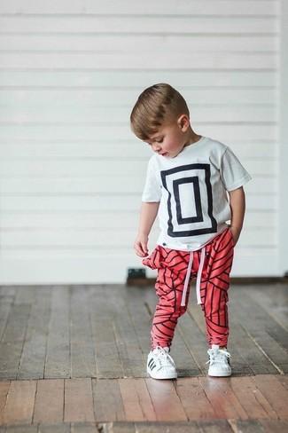 Comment porter: t-shirt imprimé blanc et noir, pantalon de jogging rouge, baskets blanches