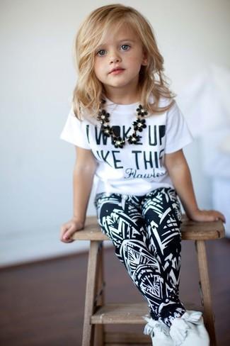Comment porter: t-shirt imprimé blanc, pantalon de jogging noir et blanc, bottines chukka blanches
