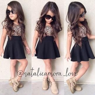 Comment porter: t-shirt imprimé léopard marron clair, jupe noire, bottes beiges