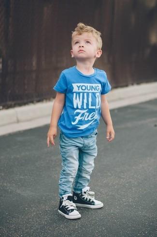 Comment porter: t-shirt imprimé turquoise, jean bleu clair, baskets noires