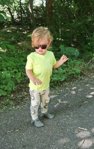 Comment porter: t-shirt jaune, pantalon de jogging beige, bottines chukka grises