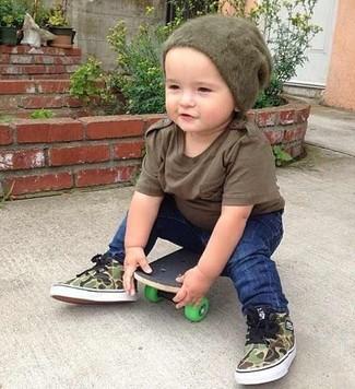 Comment porter: t-shirt marron, jean bleu marine, baskets olive, bonnet olive