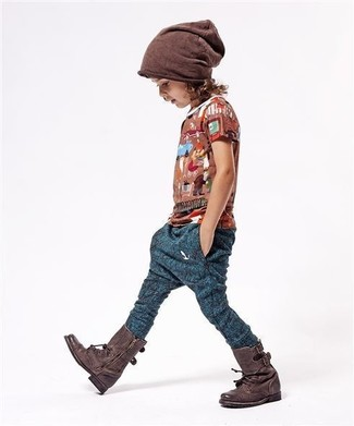 Comment porter: t-shirt marron, pantalon de jogging bleu marine, bottes marron foncé, bonnet marron
