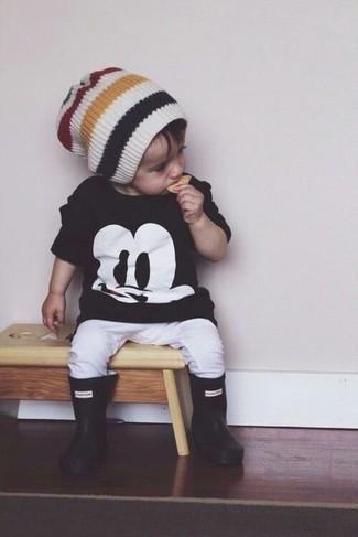 Comment porter: t-shirt noir, pantalon de jogging blanc, bottes de pluie noires, bonnet blanc