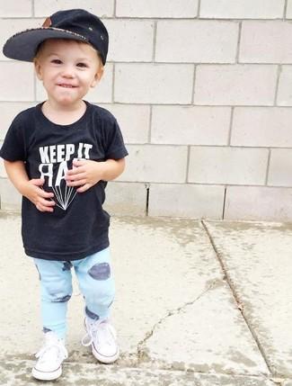 Comment porter: t-shirt noir, pantalon de jogging bleu clair, baskets blanches, casquette de base-ball noire