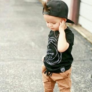 Comment porter: t-shirt noir, pantalon de jogging marron clair, casquette de base-ball noire