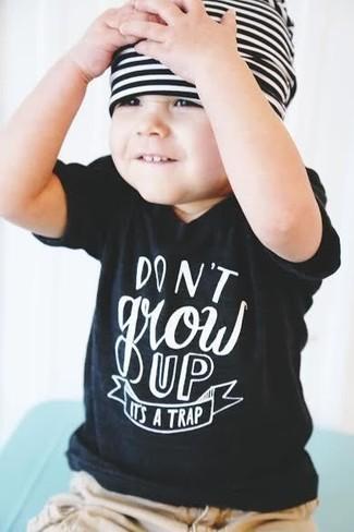 Comment porter: t-shirt noir, short marron clair, bonnet à rayures horizontales blanc et noir