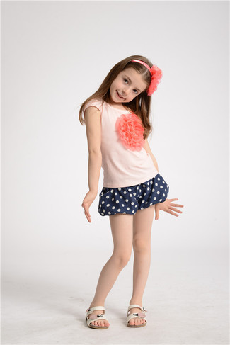 Comment porter: t-shirt rose, short á pois bleu marine, sandales blanches, bandeau rose