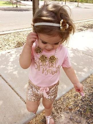 Comment porter: t-shirt rose, short doré, sandales dorées