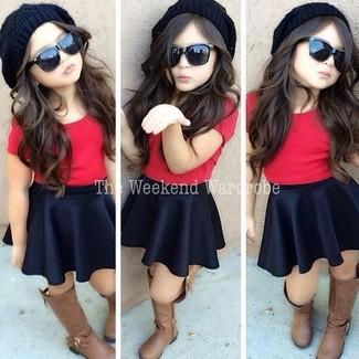 Comment porter: t-shirt rouge, jupe noire, bottes marron, bonnet noir