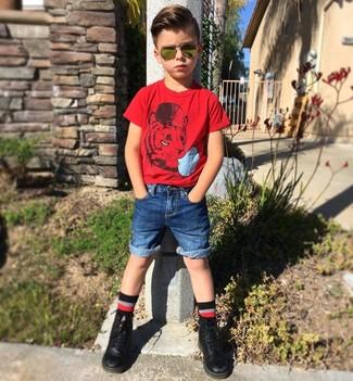 Comment porter: t-shirt rouge, short en denim bleu, bottes noires, chaussettes noires