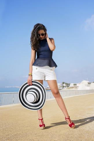Comment porter: top à basque bleu marine, short blanc, sandales compensées en daim rouges, chapeau de paille blanc et noir