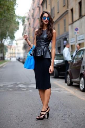 Comment porter: top à basque en cuir noir, jupe crayon noire, sandales à talons en cuir noires, sac bourse en cuir turquoise