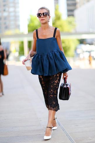 Comment porter: top à basque bleu marine, jupe mi-longue en dentelle noire, escarpins en cuir blancs et noirs, sac à main en cuir noir