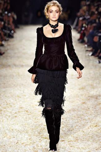 Ce combo d'un top à basque noir et d'une jupe crayon à franges noire te permettra de garder un style propre et simple en dehors des horaires de bureau. Cette tenue est parfait avec une paire de des bottes hauteur genou en velours noires.